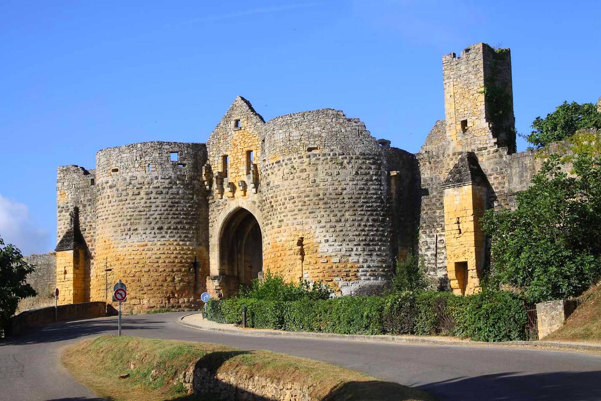 Domme (Домм) - живописный городок-бастида, где были заточены рыцари-тамплиеры.